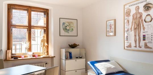 Behandlungsraum-Akupunktur-praxis-Dr-claudia-Leunig-muenchen-arzt-augenakupunktur